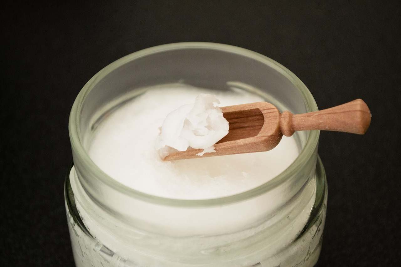 coconut-oil-on-wooden-spoon-2090580_1280