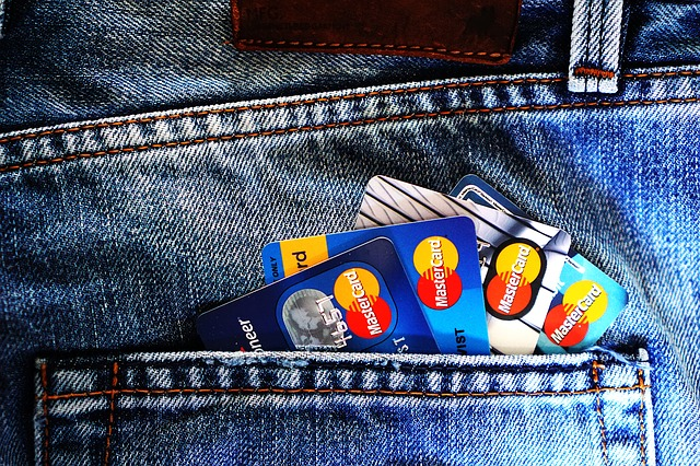 kreditní karty v džínách.jpg