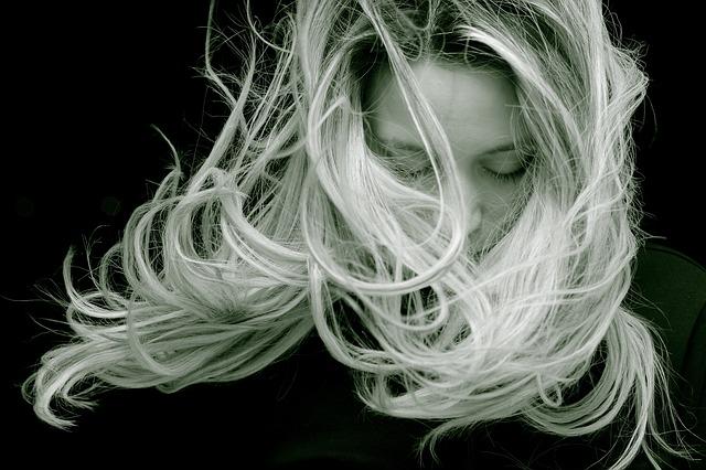 dlouhé blond vlasy