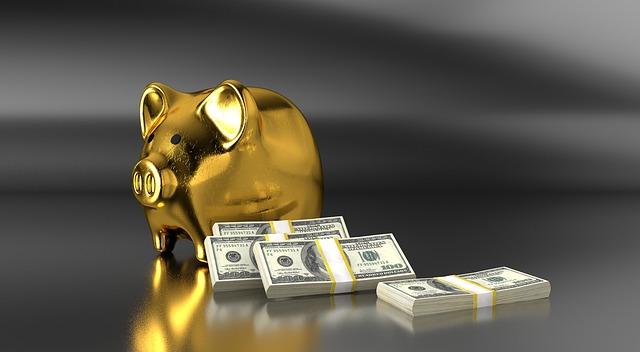 balíčky peněz u pokladničky