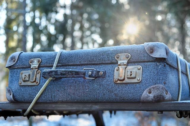 přivázaný kufr