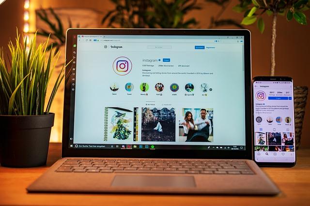 instagram na monitoru