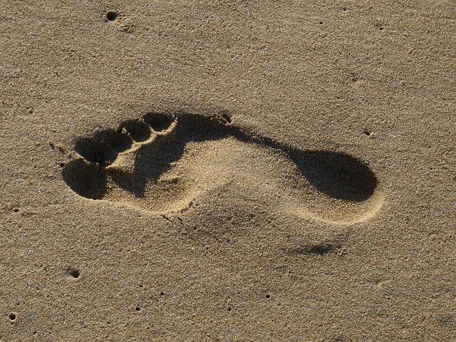 obtisk chodidla v písku