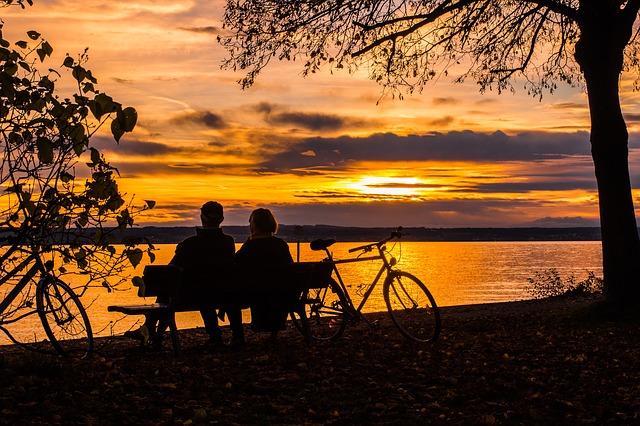žena a muž na lavičce u jezera