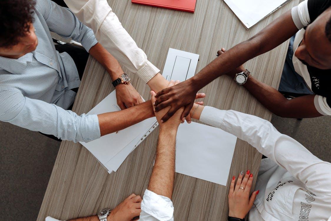 ruce spojené